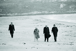 Walk on the beach of Derrynane (Co. Kerry), the Général de Gaulle, his wife, his aide de camp François Flohic and Detective Inspector Pat Doocey. - JPEG