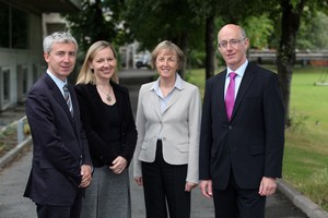 De gauche à droite : Hadrien Laroche, Conseiller de coopération et d'action culturelle, Lucinda Creighton, Ministre irlandaise des affaires européennes, S.E. Mme Emmanuelle d'Achon, Ambassadrice de France en Irlande et Martin Hynes, Directeur de l'Irish Research Council for Science, Engineering and Technology - JPEG