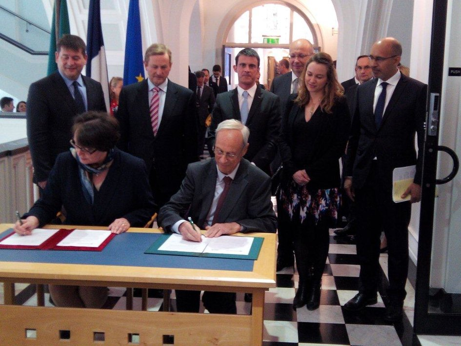 Enda Kenny and Manuel Valls witnessing the signing of the agreement - JPEG